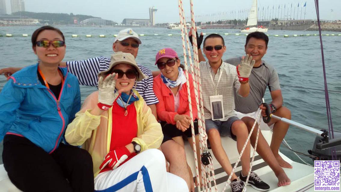 青岛-随石晓英教练(左二)跑帆船.jpg