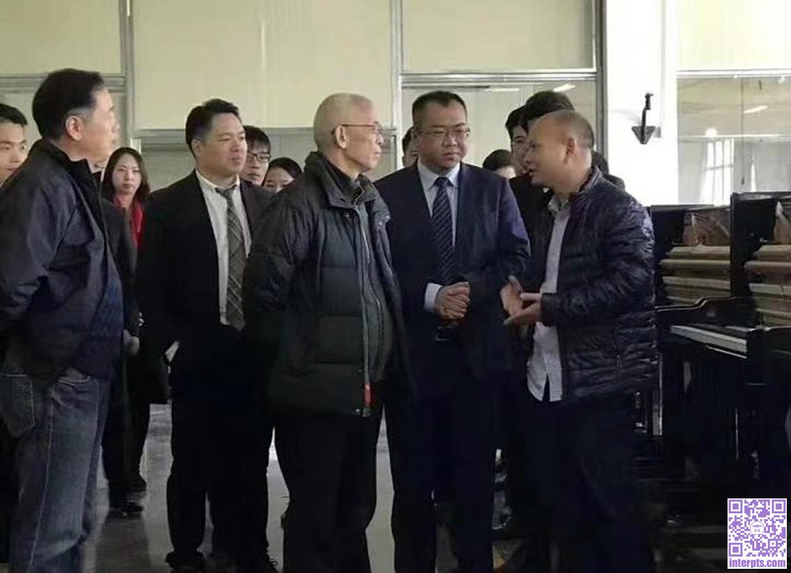 吴汉洲(右一)向中国乐器协会常务副理事长曾泽民先生(中)介绍生产情况.jpg